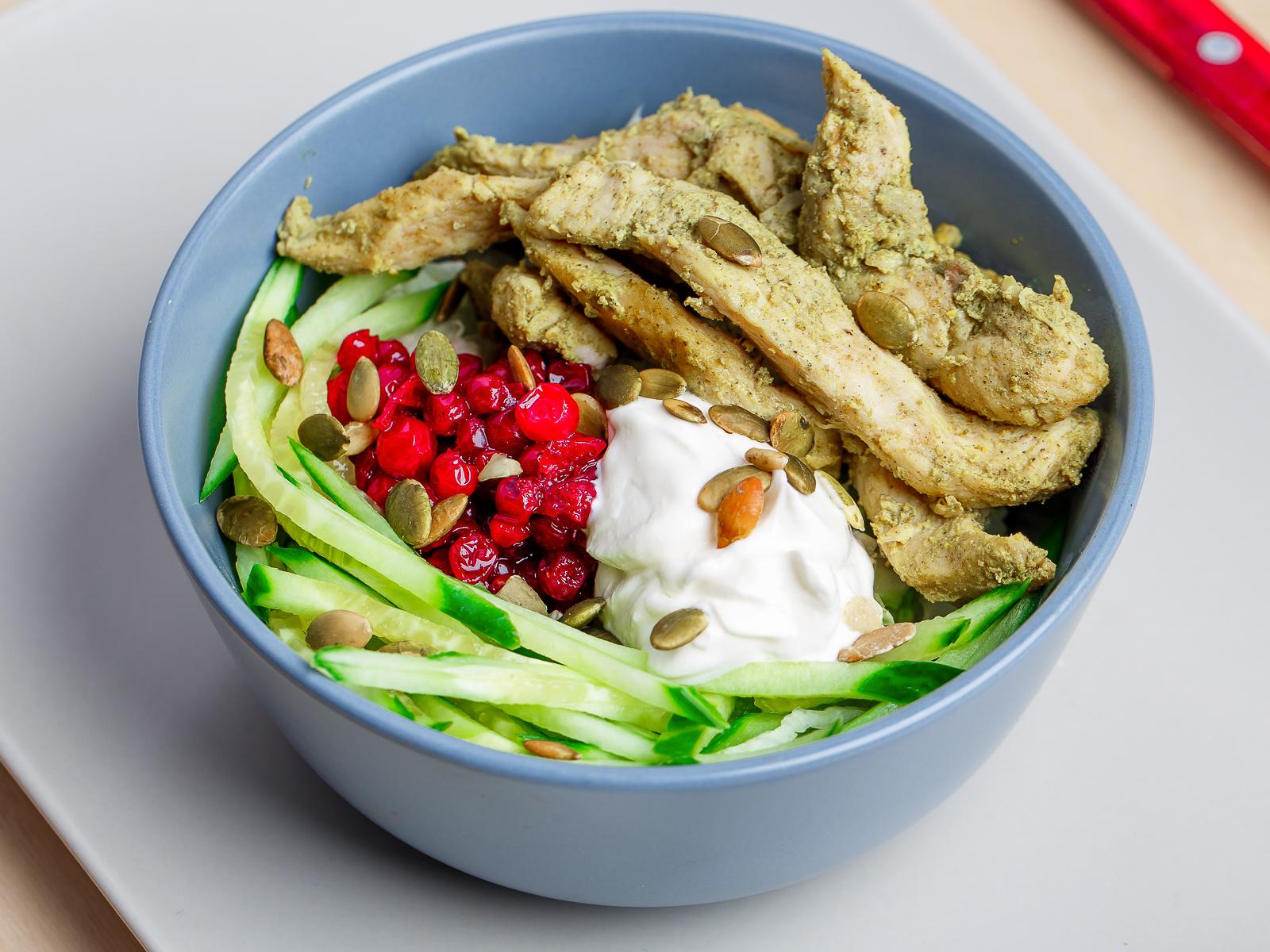 Теплый салат с курицей, брусникой и семечками