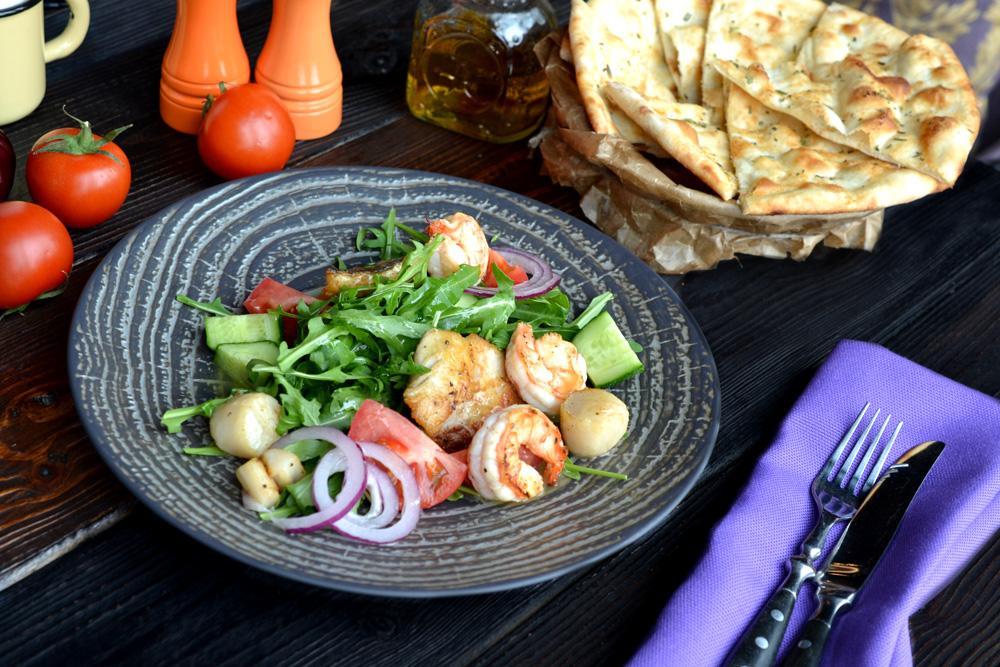 Теплый салат из сибаса, морского гребешка и тигровых креветок