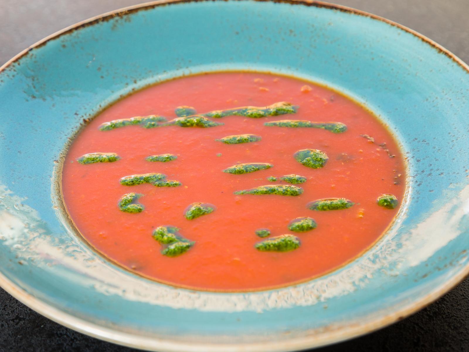 Томатный суп с песто и базиликом