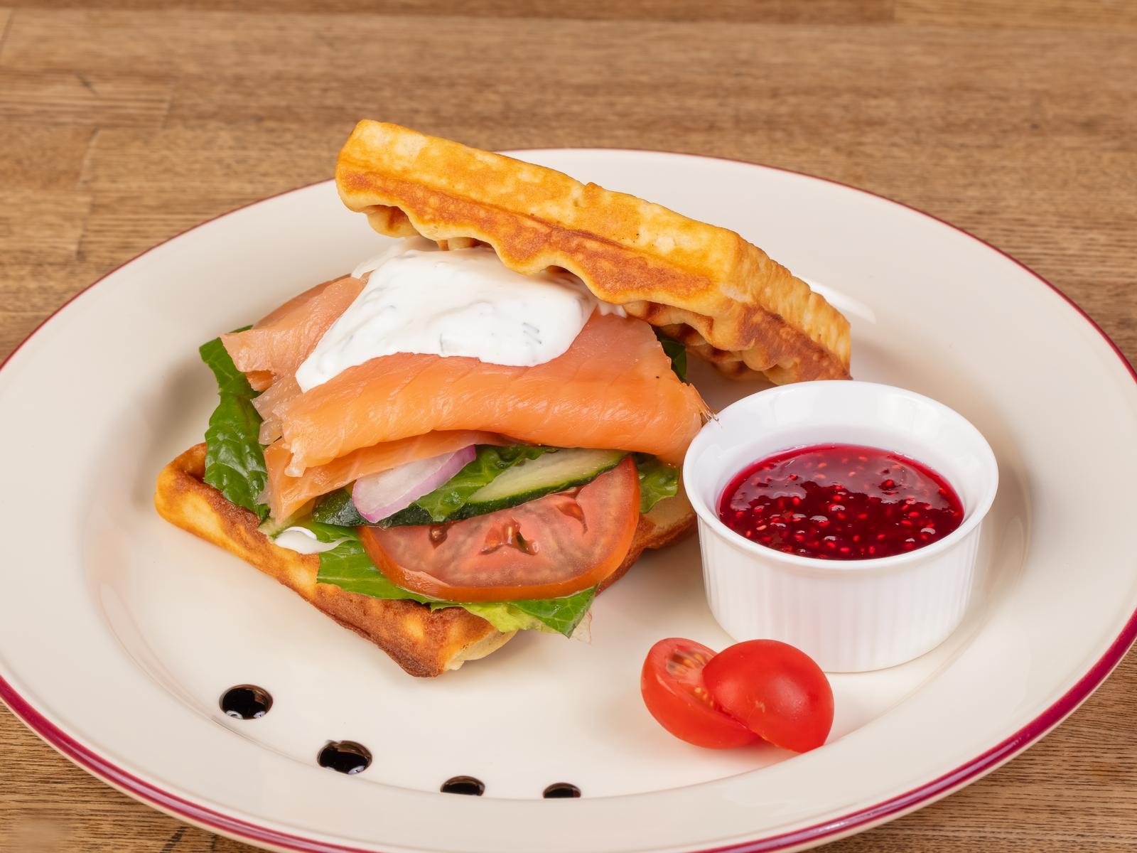 Сэндвич с семгой на вафле
