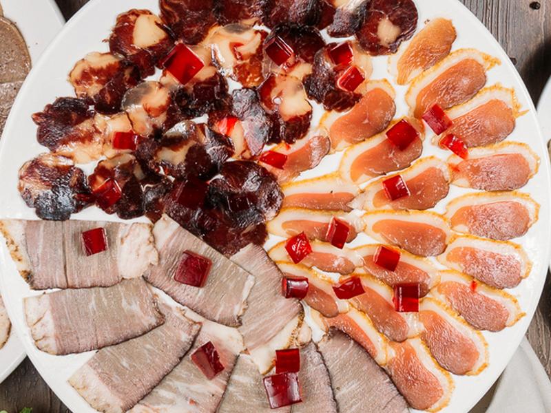 Дегустация копченых мясных деликатесов