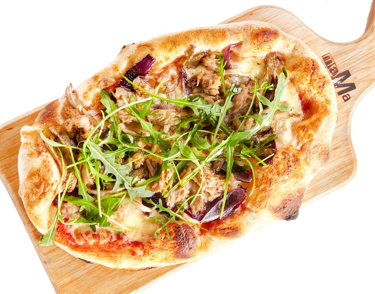 Пицца с тунцом, вешенками и красным луком