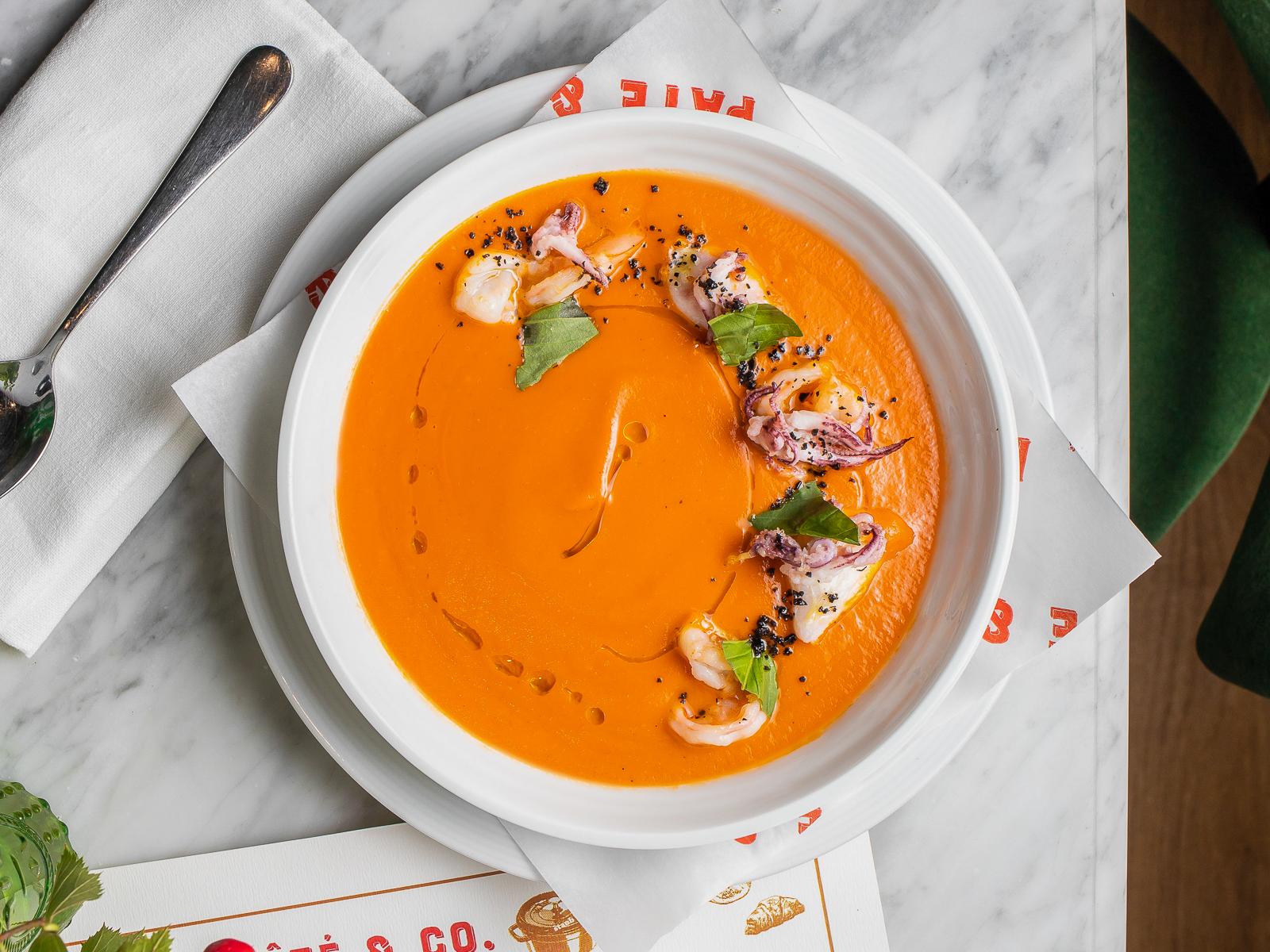 Томатный крем-суп с кальмарами и креветками