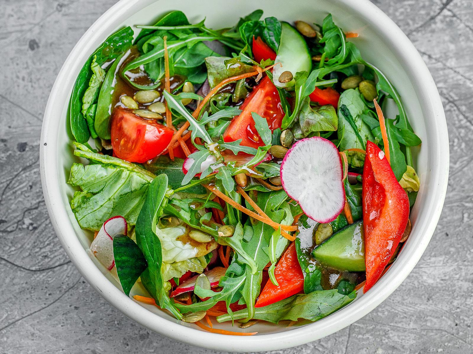 Овощной салат с тыквенными семечками