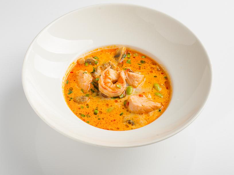 Суп Том-ям с тигровой креветкой и лососем