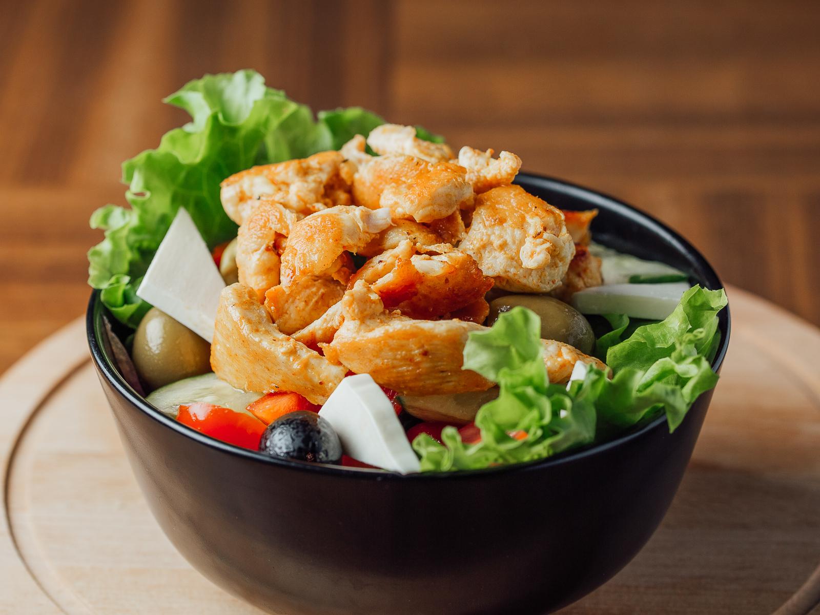 Греческий салат с индюшачьей грудкой