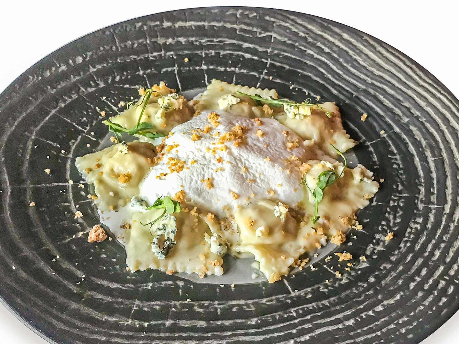 Равиоли со шпинатом и соусом из кедровых орехов