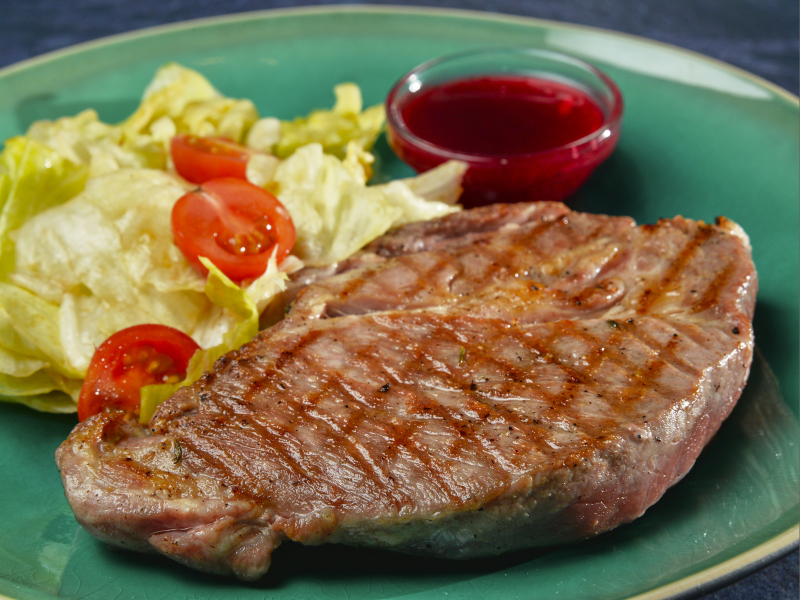 Стейк свиной с миксом салатов