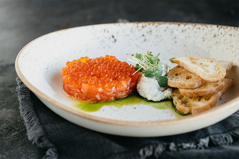 Тар-тар из лосося с красной икрой и йогуртовым соусом