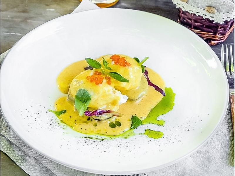Яйца Бенедикт с красной икрой и голландским соусом