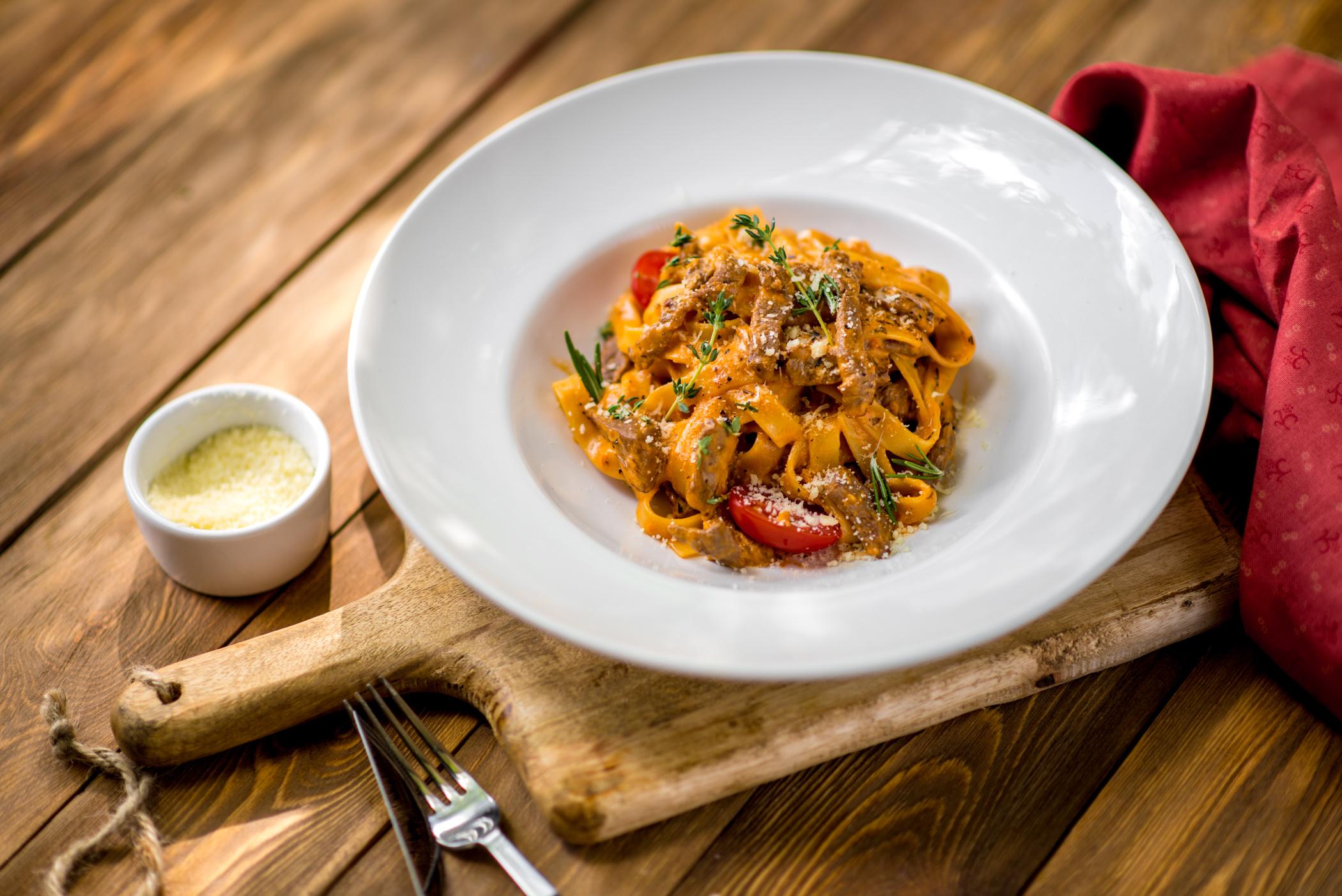 Тальятелле с говядиной в сливочно-томатном соусе