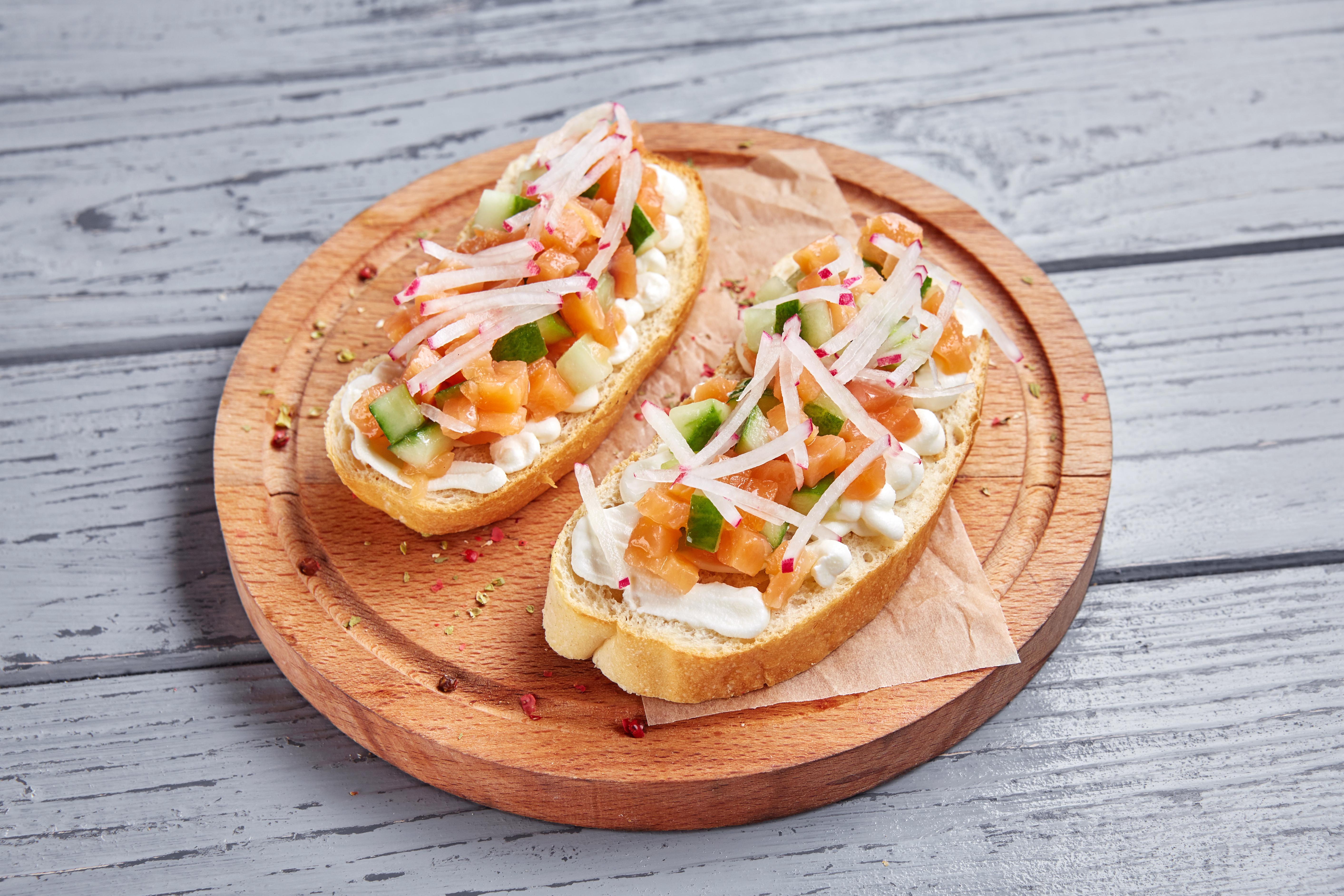 Брускетта с Амурским лососем, свежим огурцом и сливочным сыром