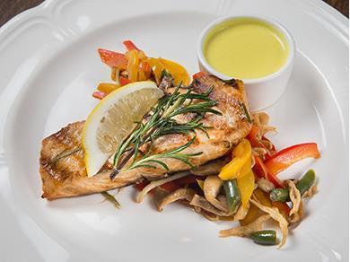 Стейк из лосося с овощами вок
