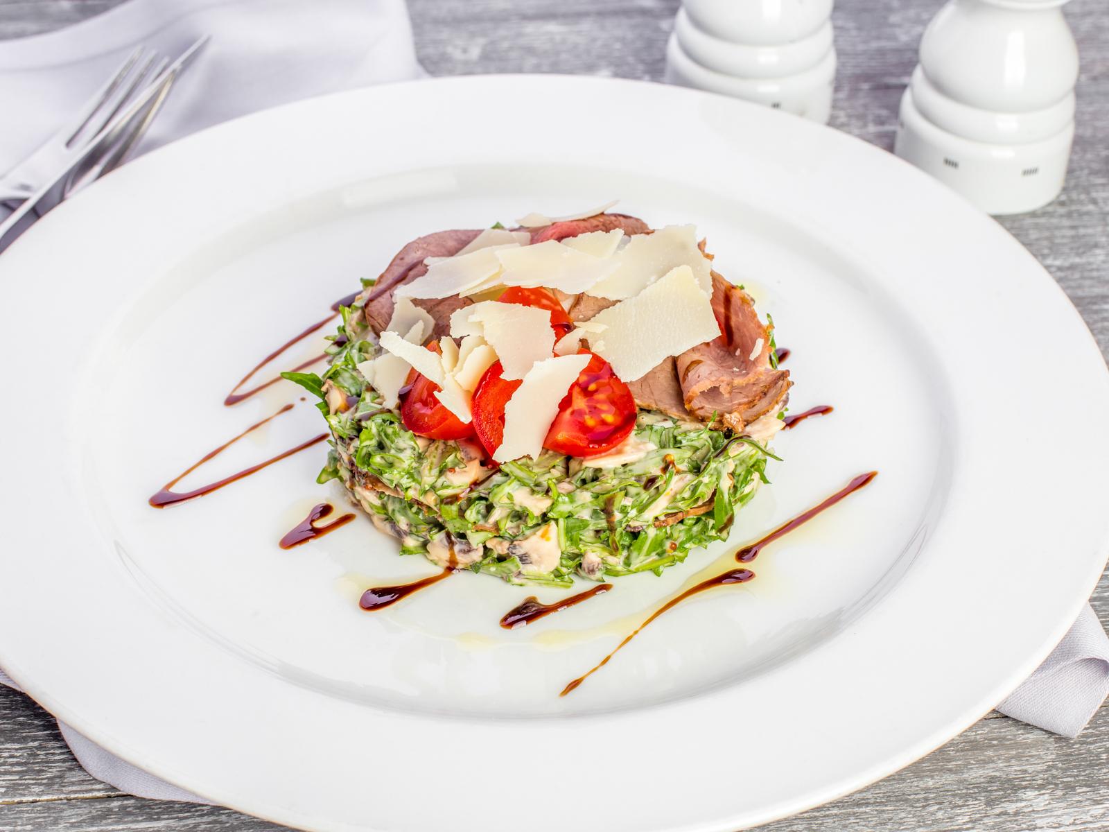 Салат из телятины с рукколой и грибами