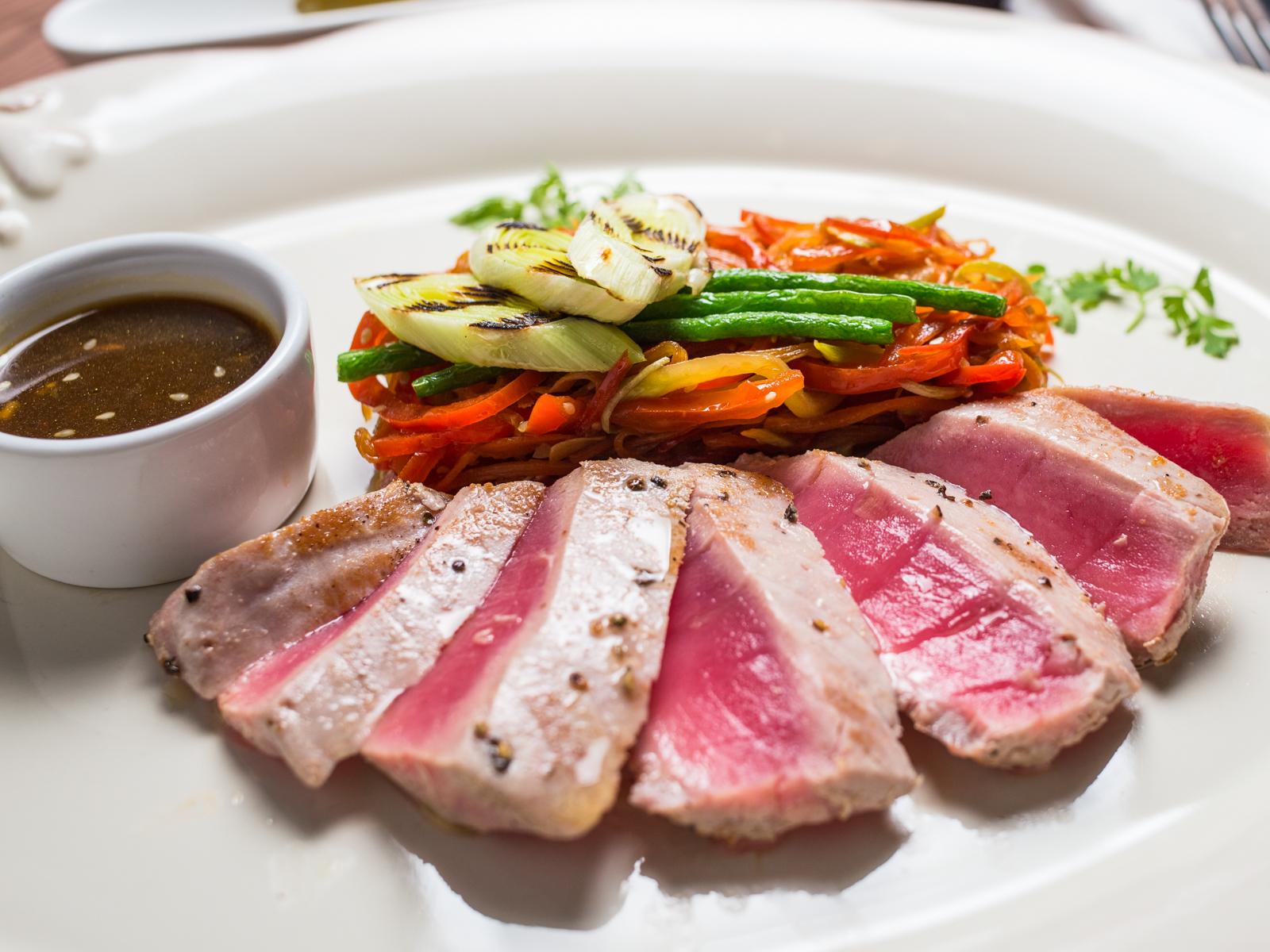 Филе тунца с овощным жульеном