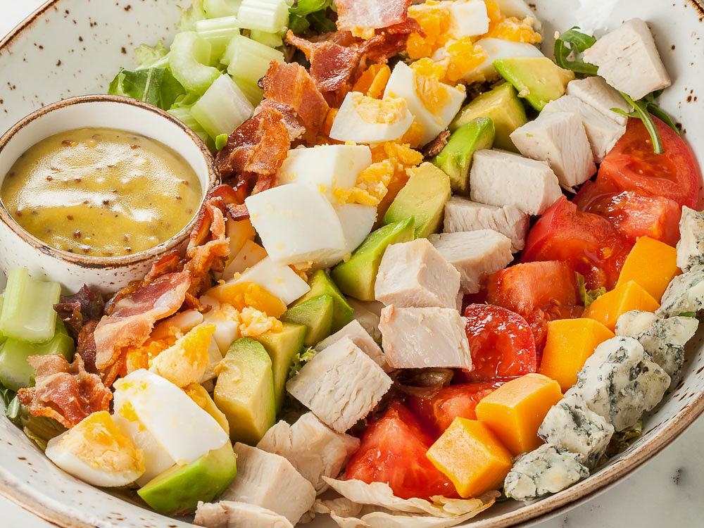 Салат Кобб с куриной грудкой, авокадо и беконом