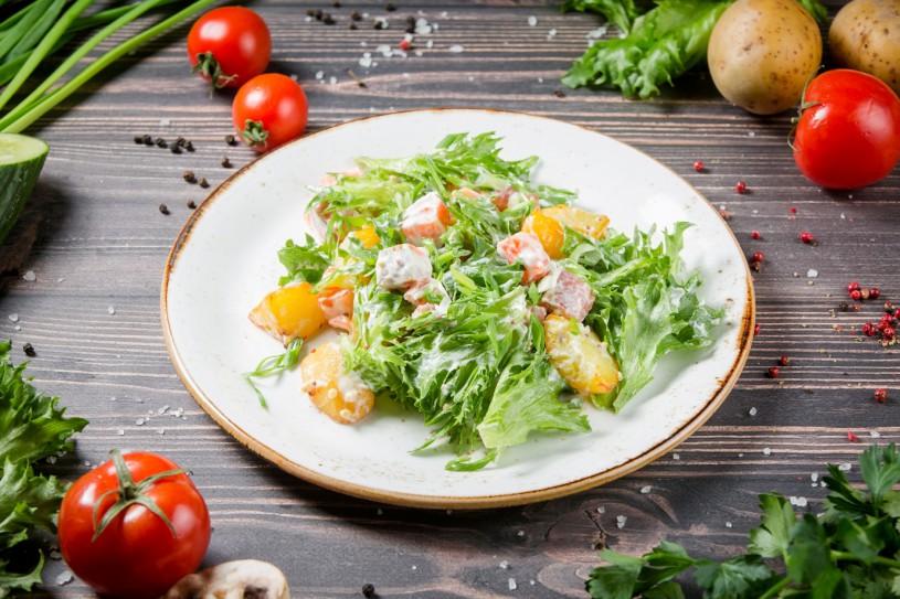 Теплый салат с копченым лососем