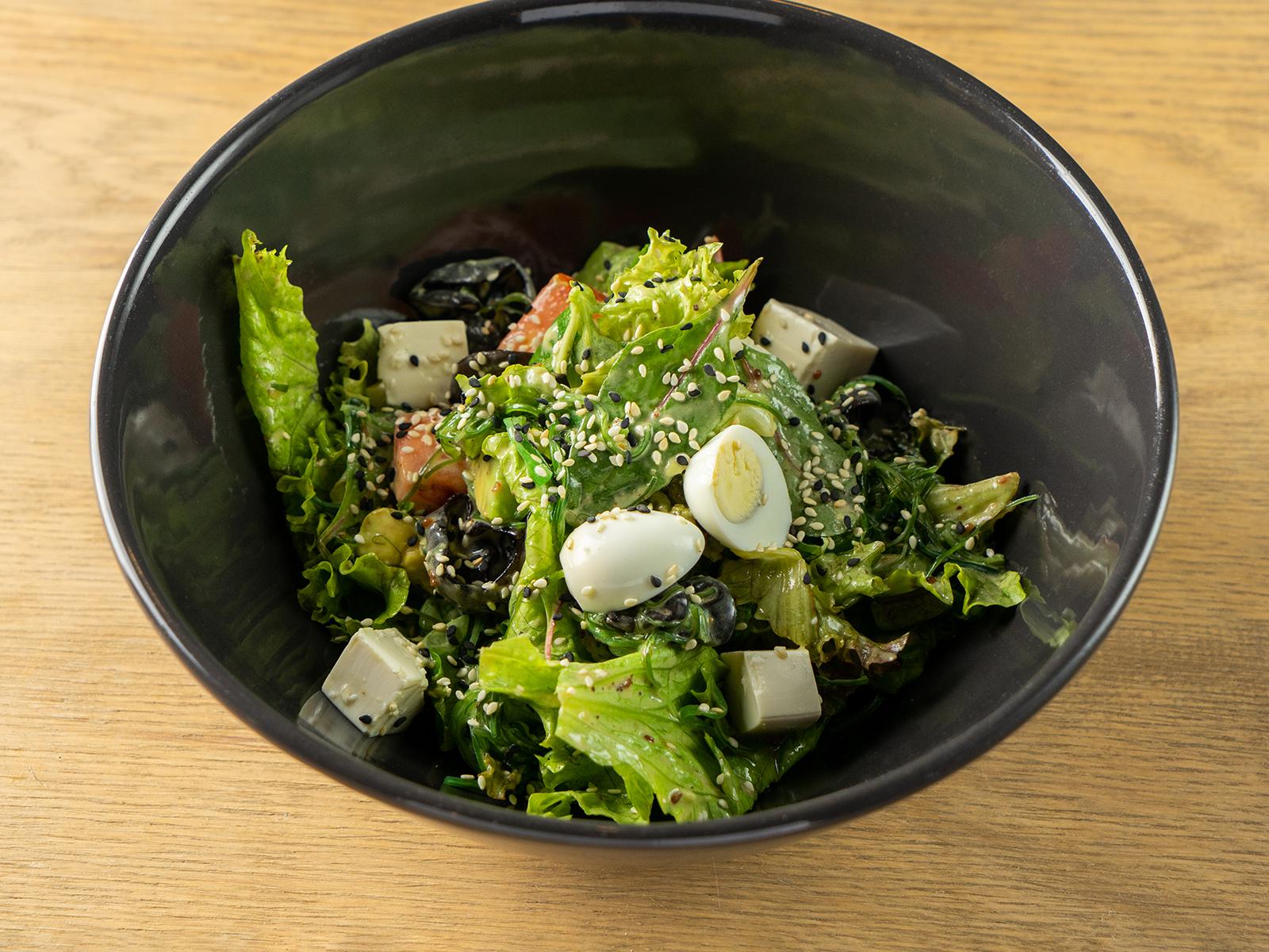 Салат с тофу, чукой, грибами муэр и ореховым соусом
