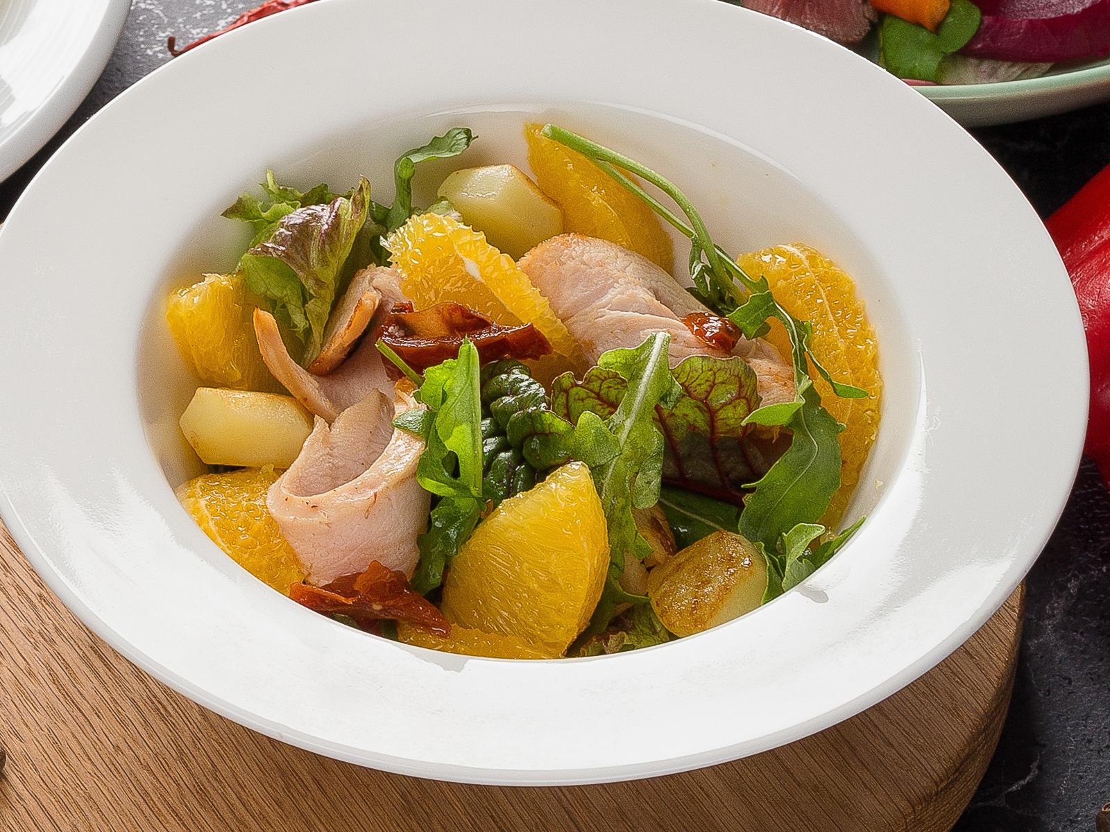 Салат теплый с куриным филе и апельсинами