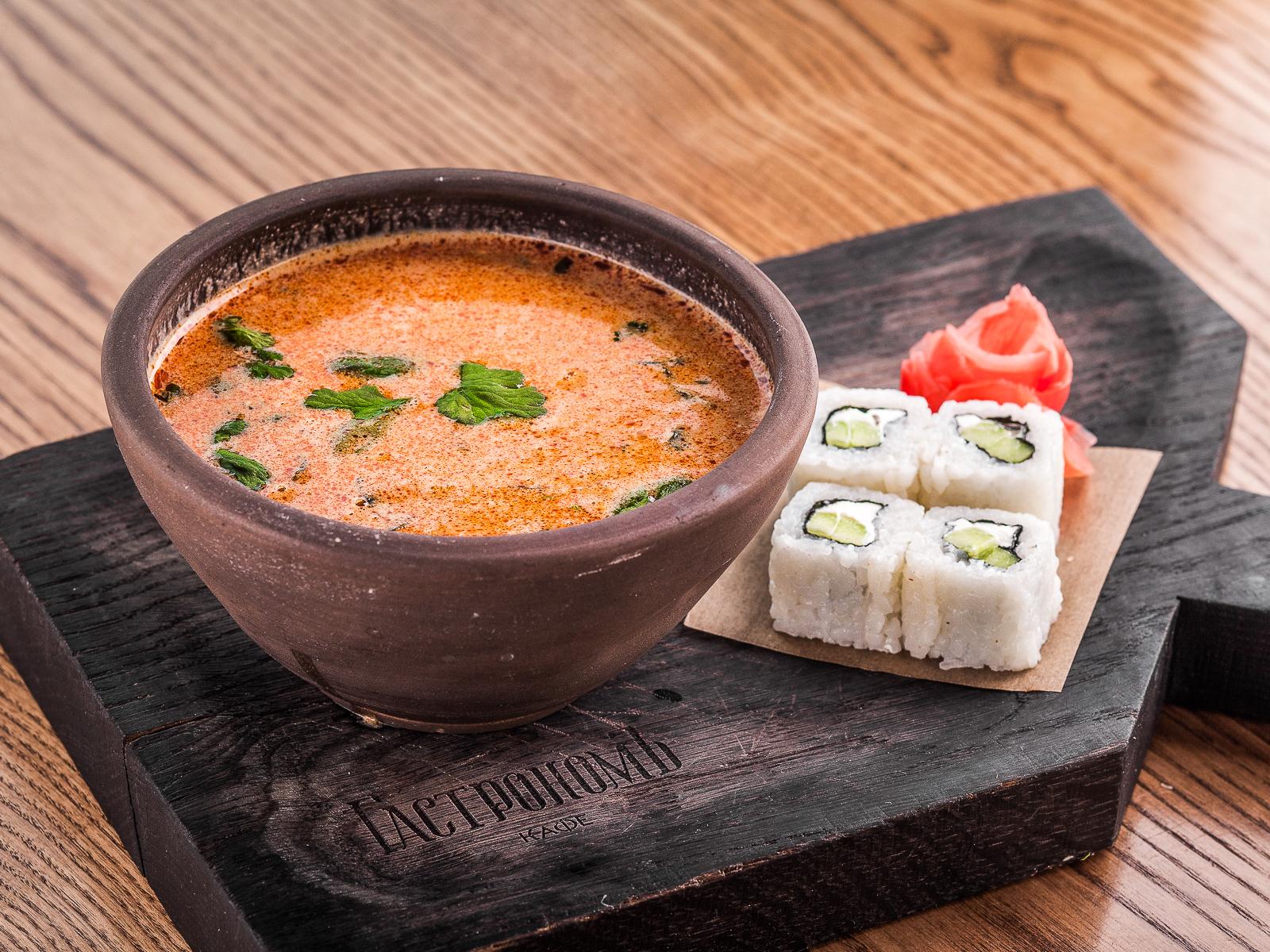Тайский суп Том-Кагай с креветками и роллом