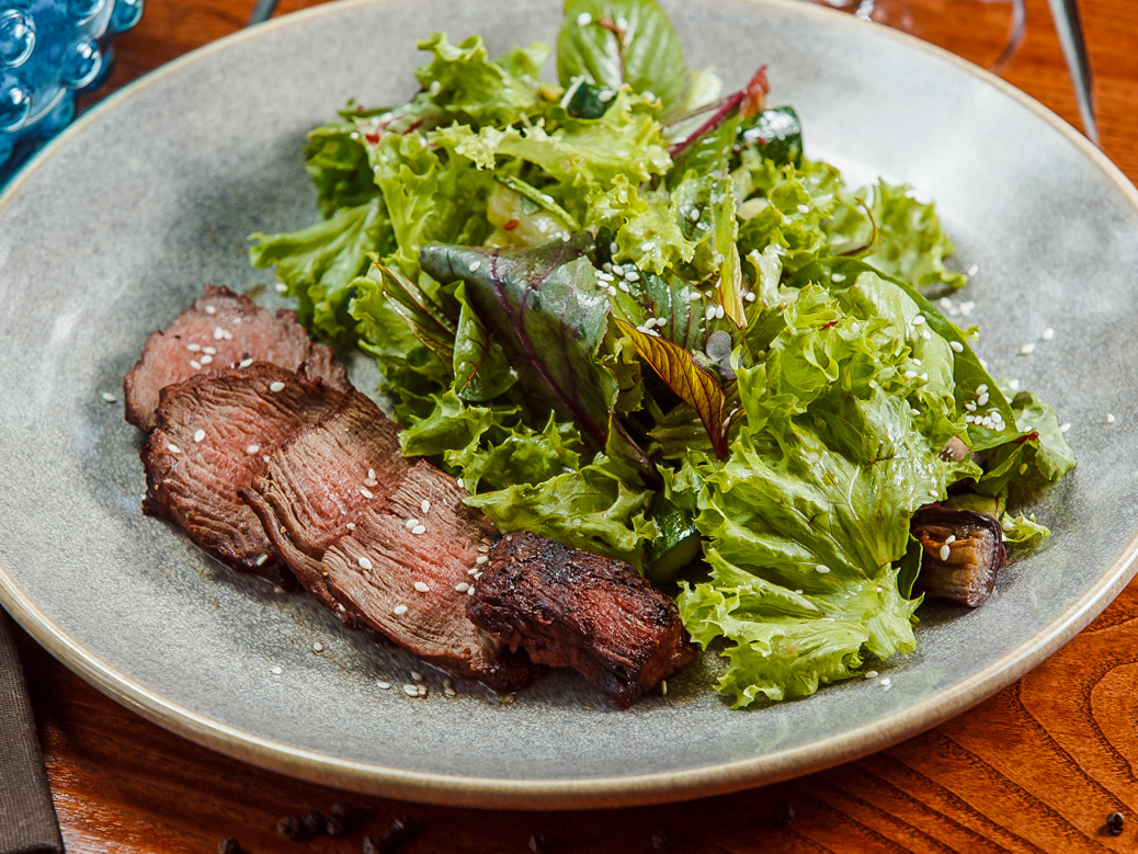Стейк-салат с битыми огурцами и баклажанами