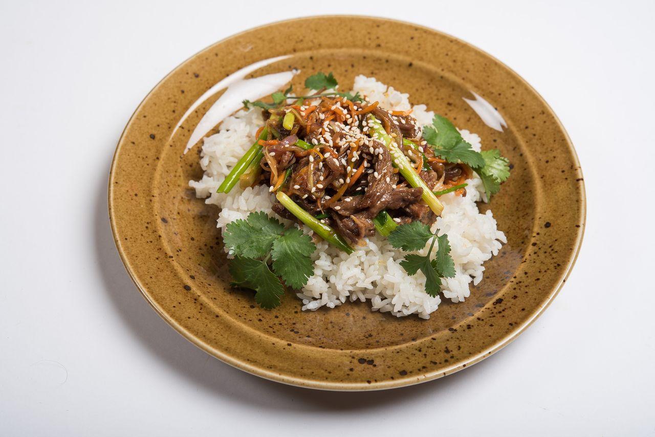 Говядина в устричном соусе на паровом рисе