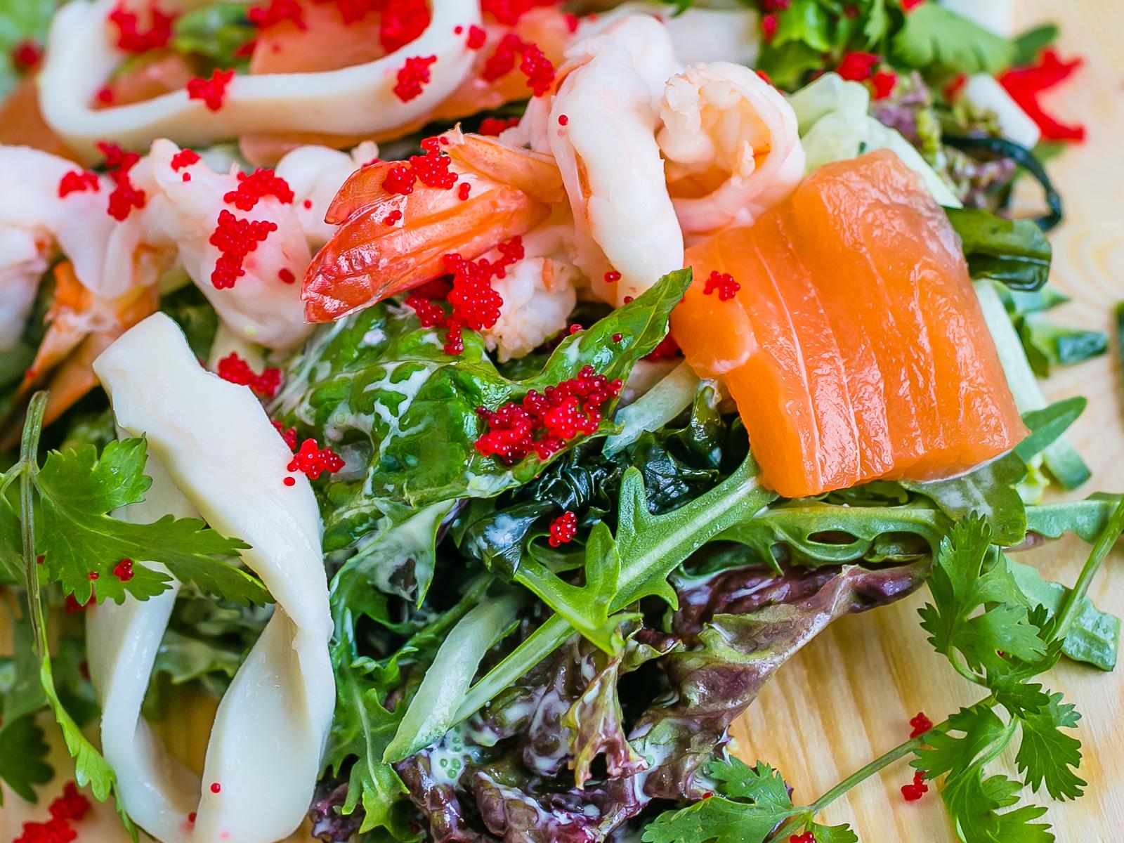 Салат с лососем, кальмаром и креветкой