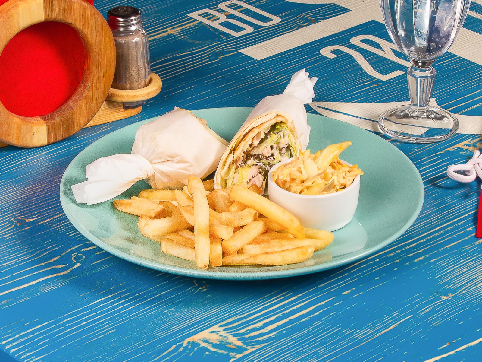 Сэндвич с курицей и салатом Цезарь