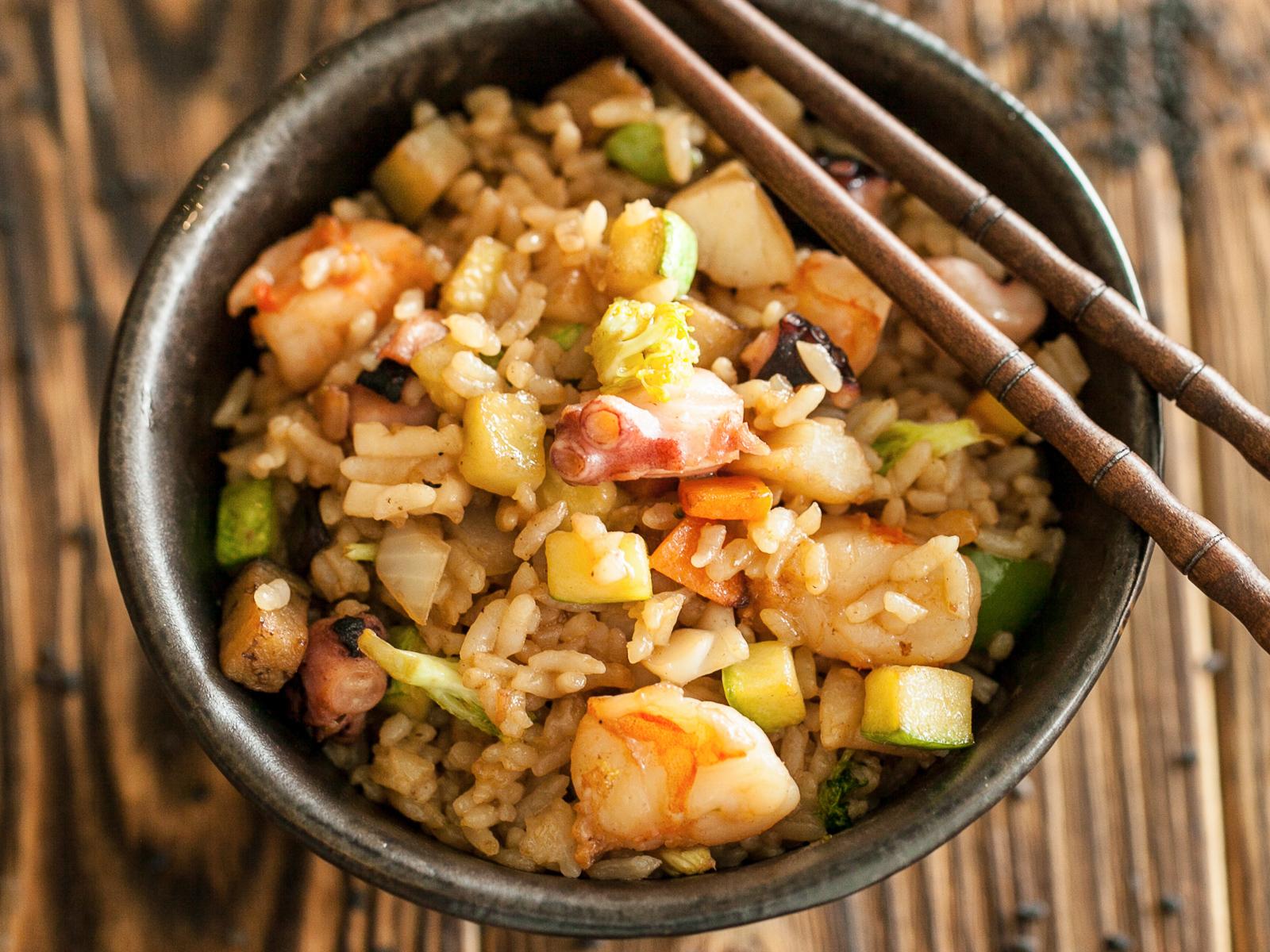 Рис, жаренный с морепродуктами и овощами