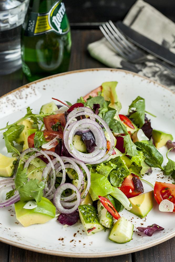 Салат с помидорами и авокадо