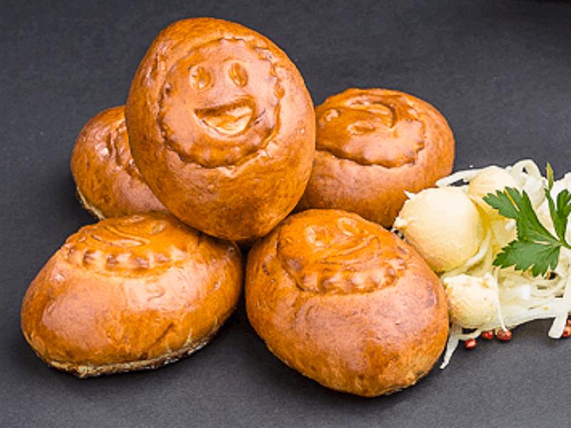 Сдобный пирожок с капустой