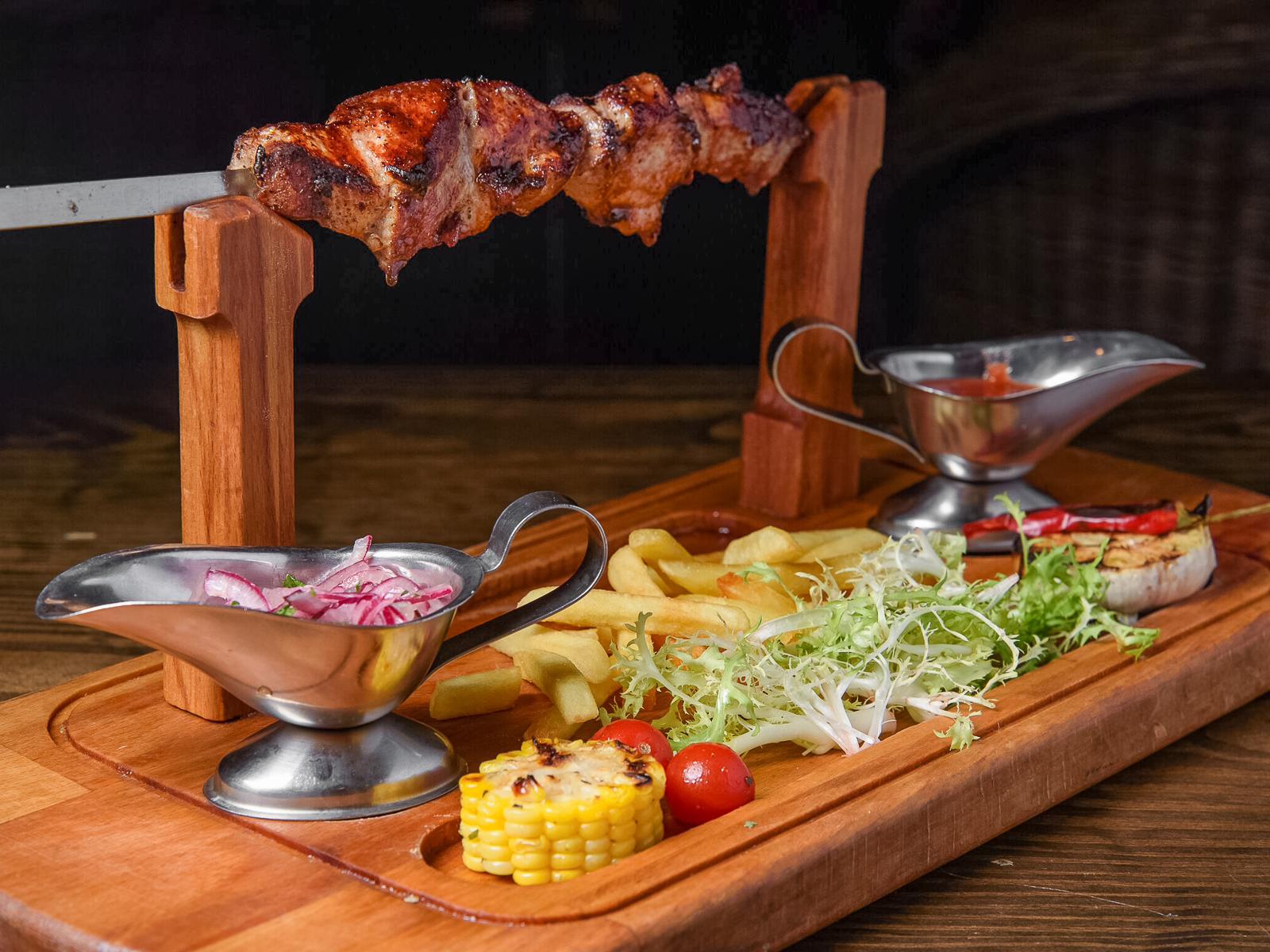 Шашлык из свинины с овощами и картофелем фри