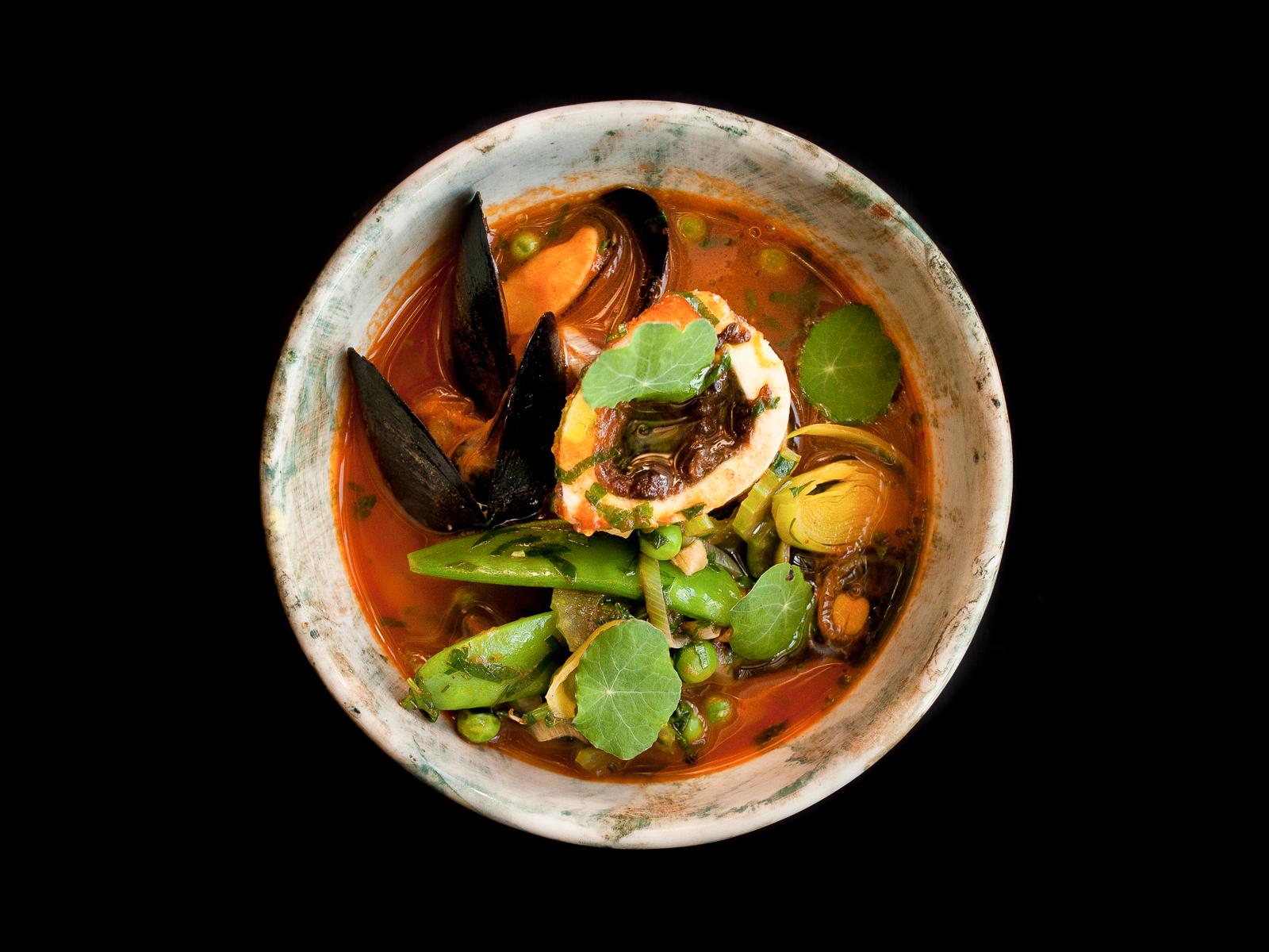 Томатный бульон с костным мозгом, мидиями и зелеными овощами