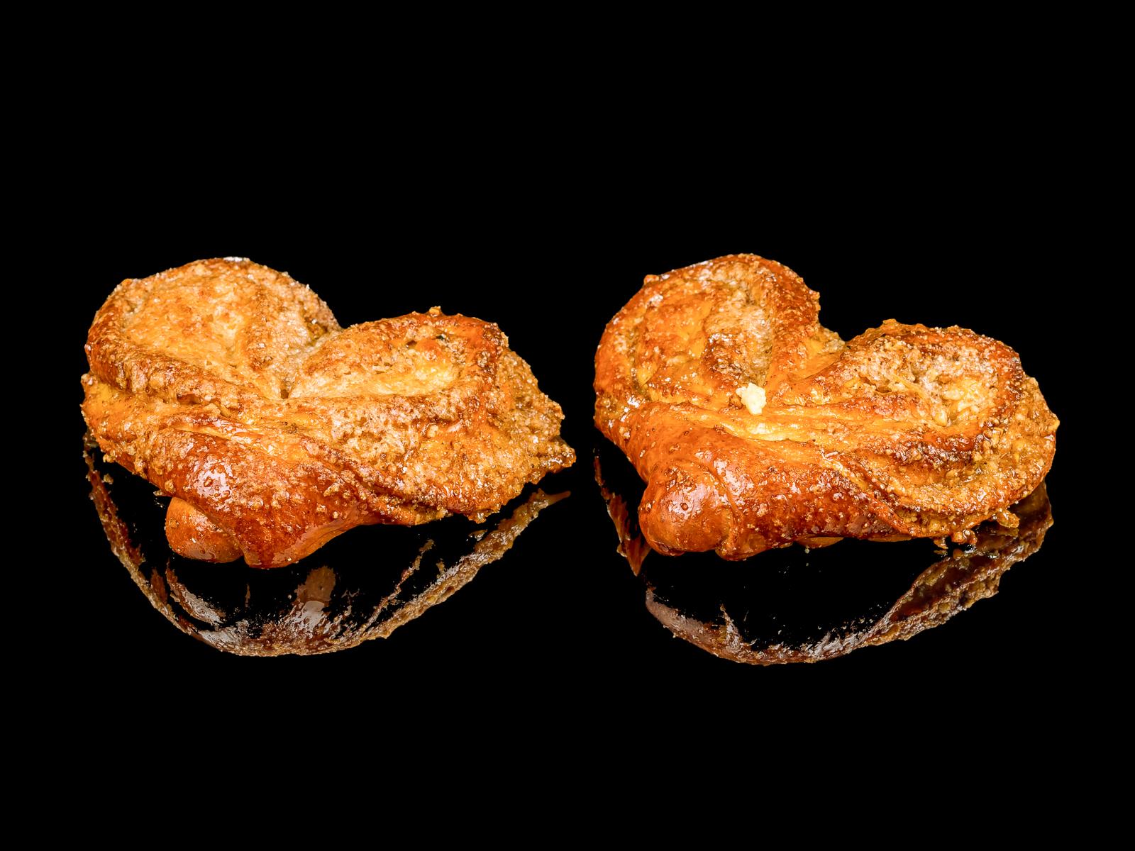 Плюшка с корицей и орехами