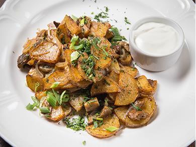 Жареный картофель по-домашнему с белыми грибами и сметаной