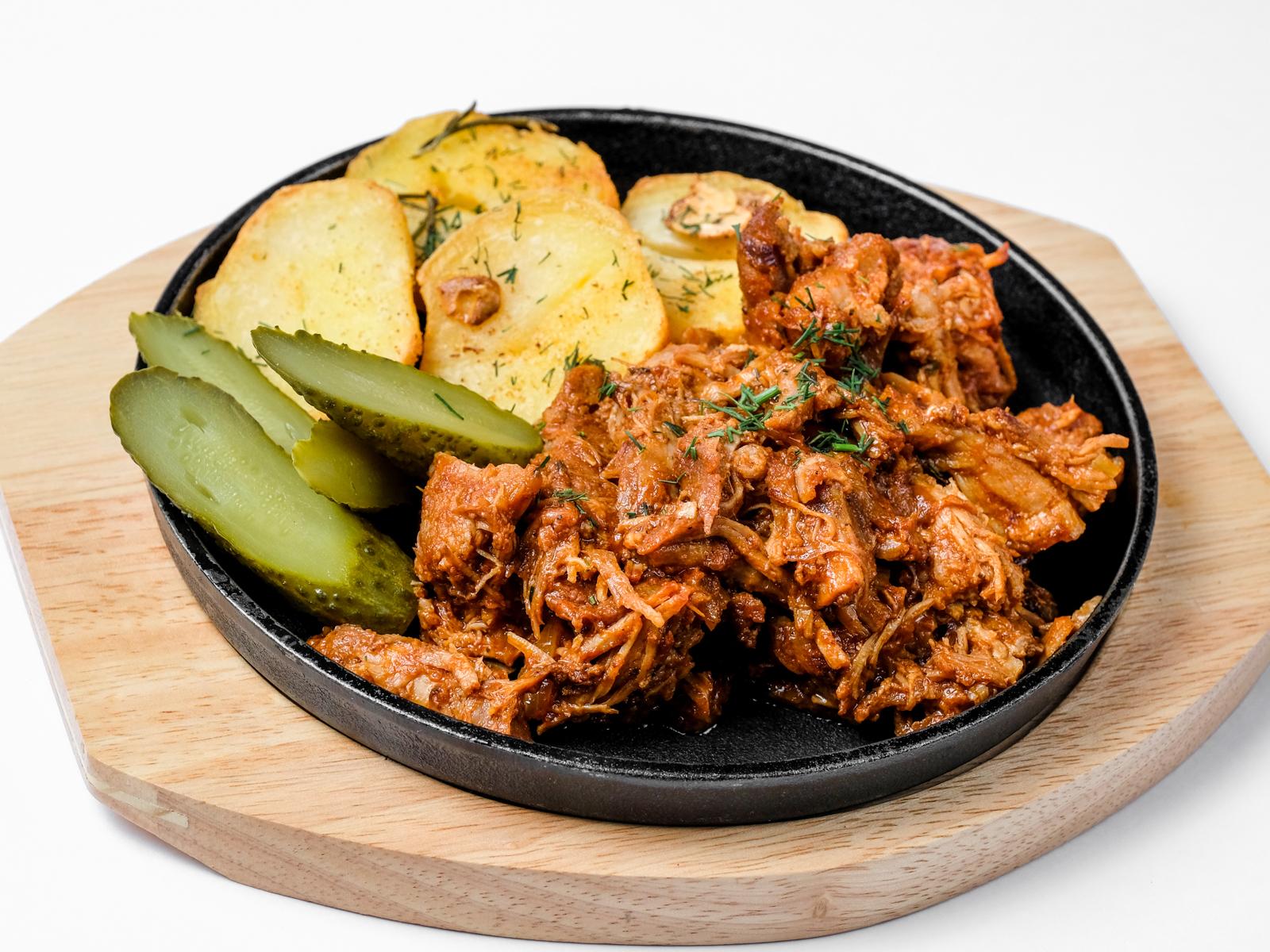 Рваная свинина с жареным картофелем