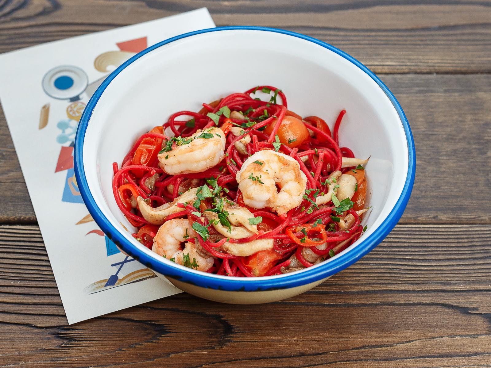 Розовые спагетти с креветками и вешенками