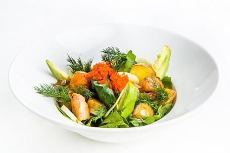 Салат с листьями шпината, авокадо, лососем с восточным соусом