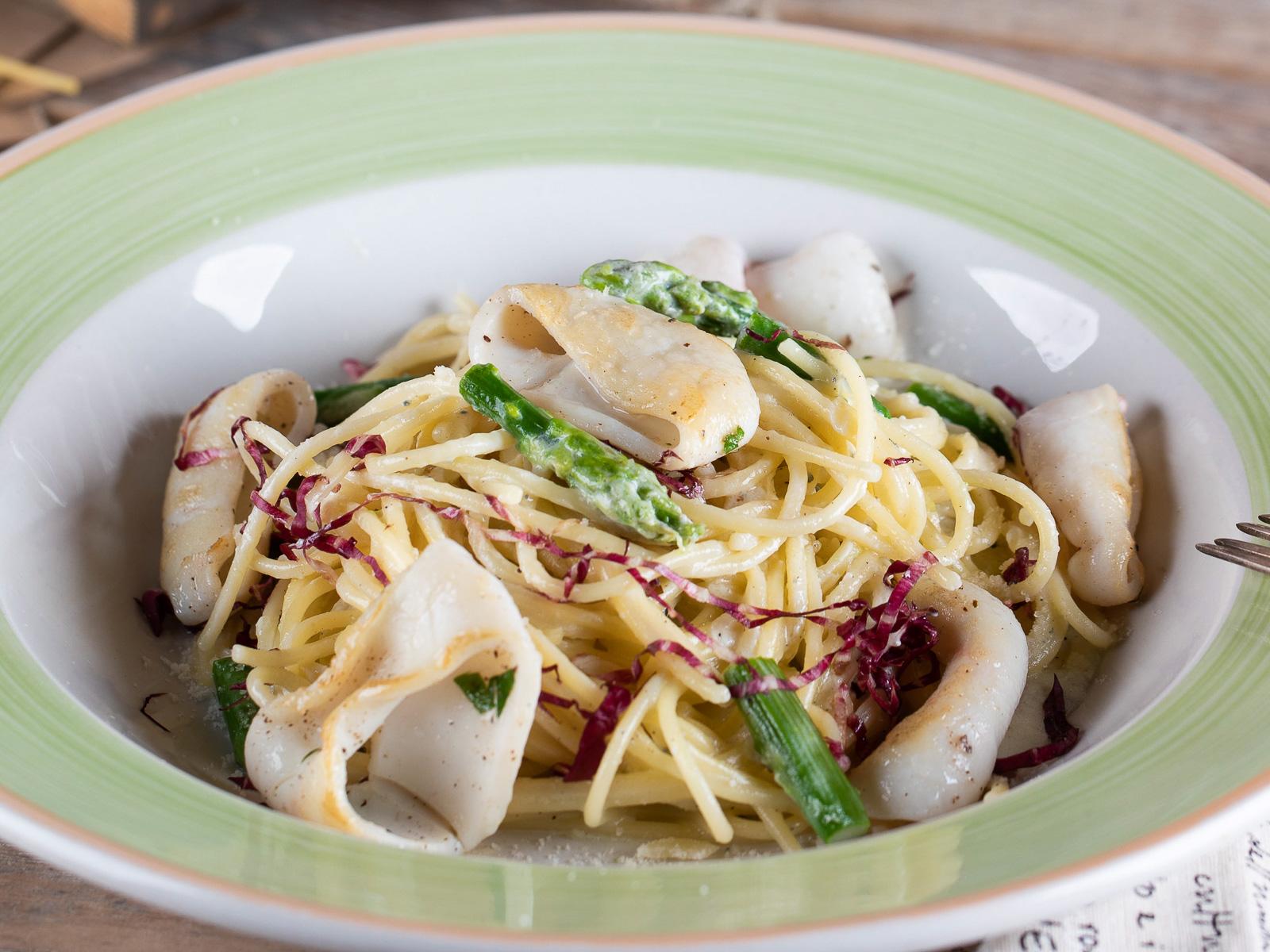 Спагетти с кальмаром и спаржей