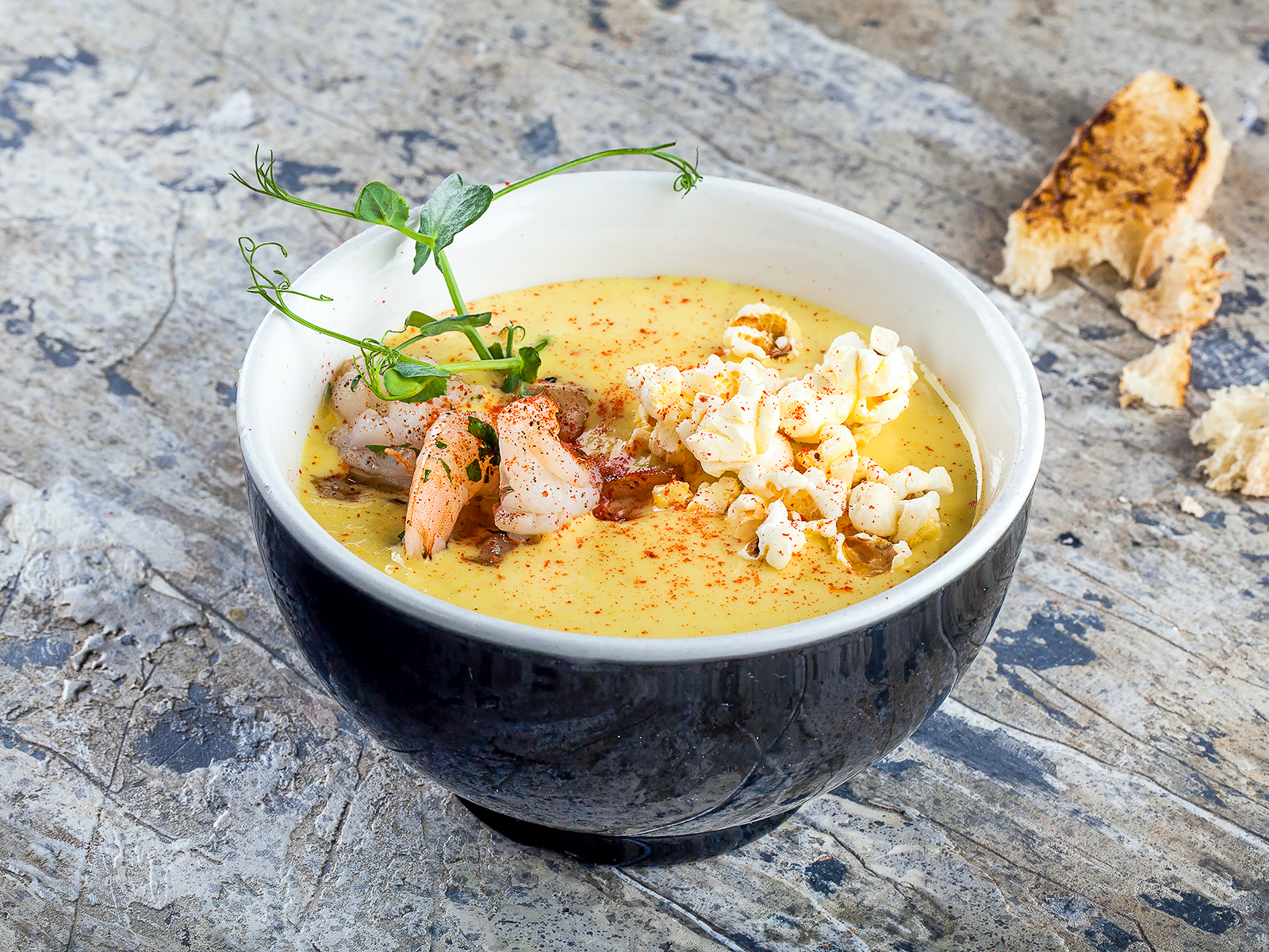Кукурузный крем-суп с кокосовым молоком и креветками