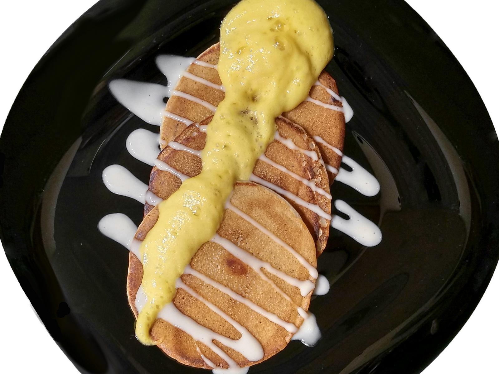 Банановые крепы с пеной маракуйя и соусом крем-карамель