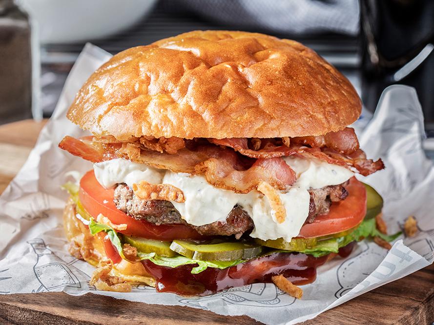 Бургер с говяжьей котлетой и беконом