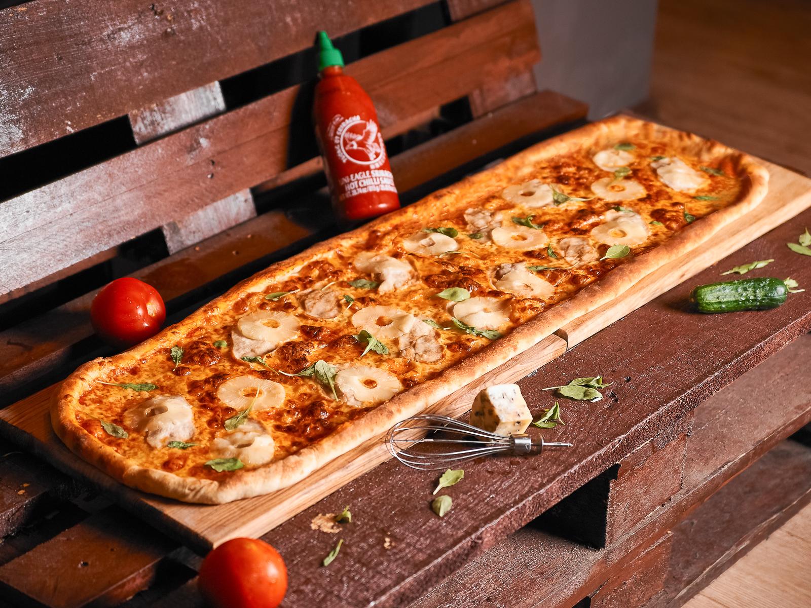 Пицца Курица-ананас метровая