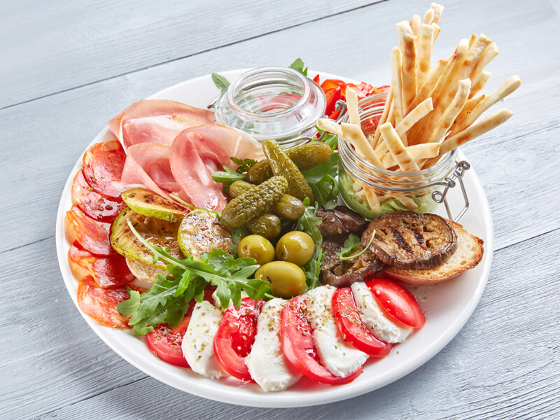 Антипасти-ассорти итальянских закусок