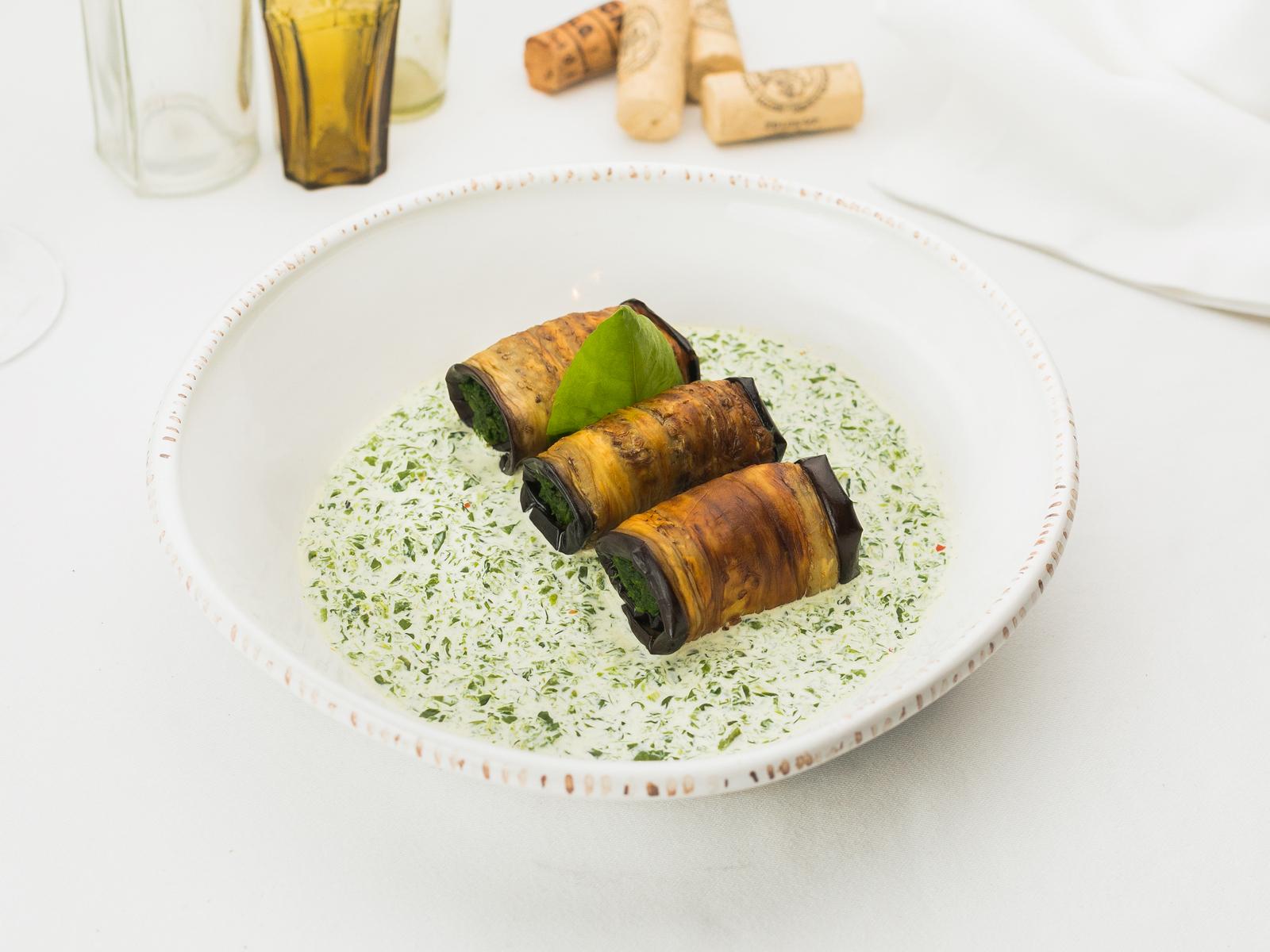 Рулетики из жареных баклажанов со шпинатом