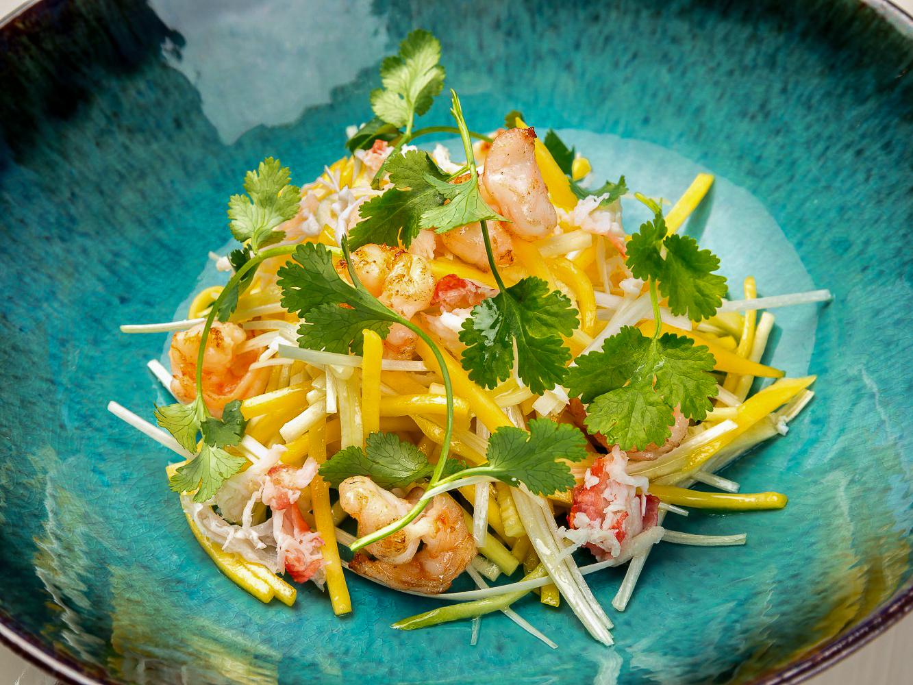 Тайский салат с креветками и крабом
