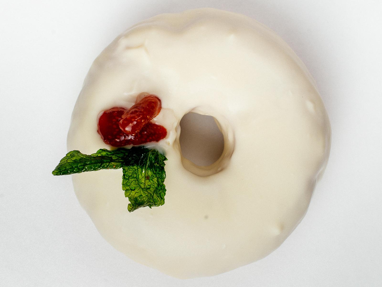Пончик Клубника-сливки