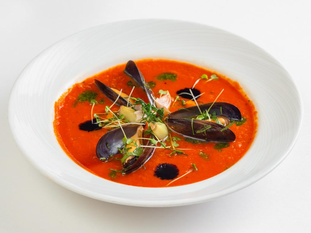 Томатный суп с мидиями и кальмаром