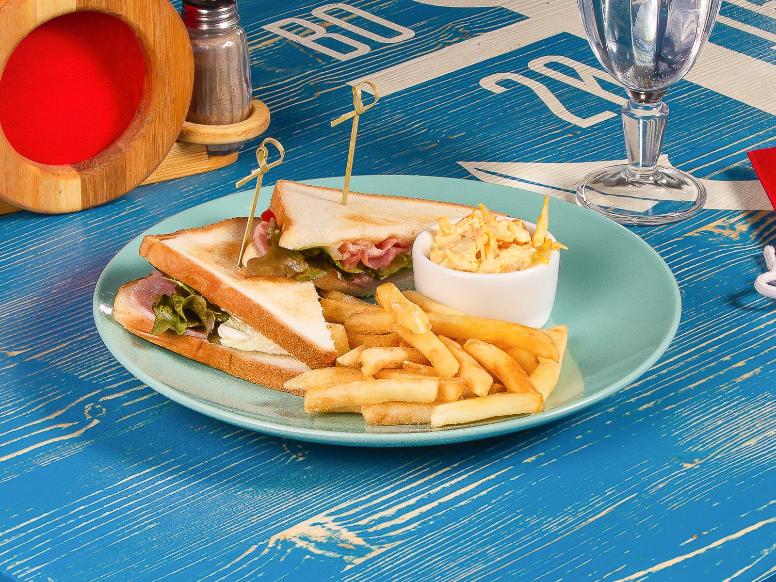 Сэндвич с беконом, ветчиной и помидорами