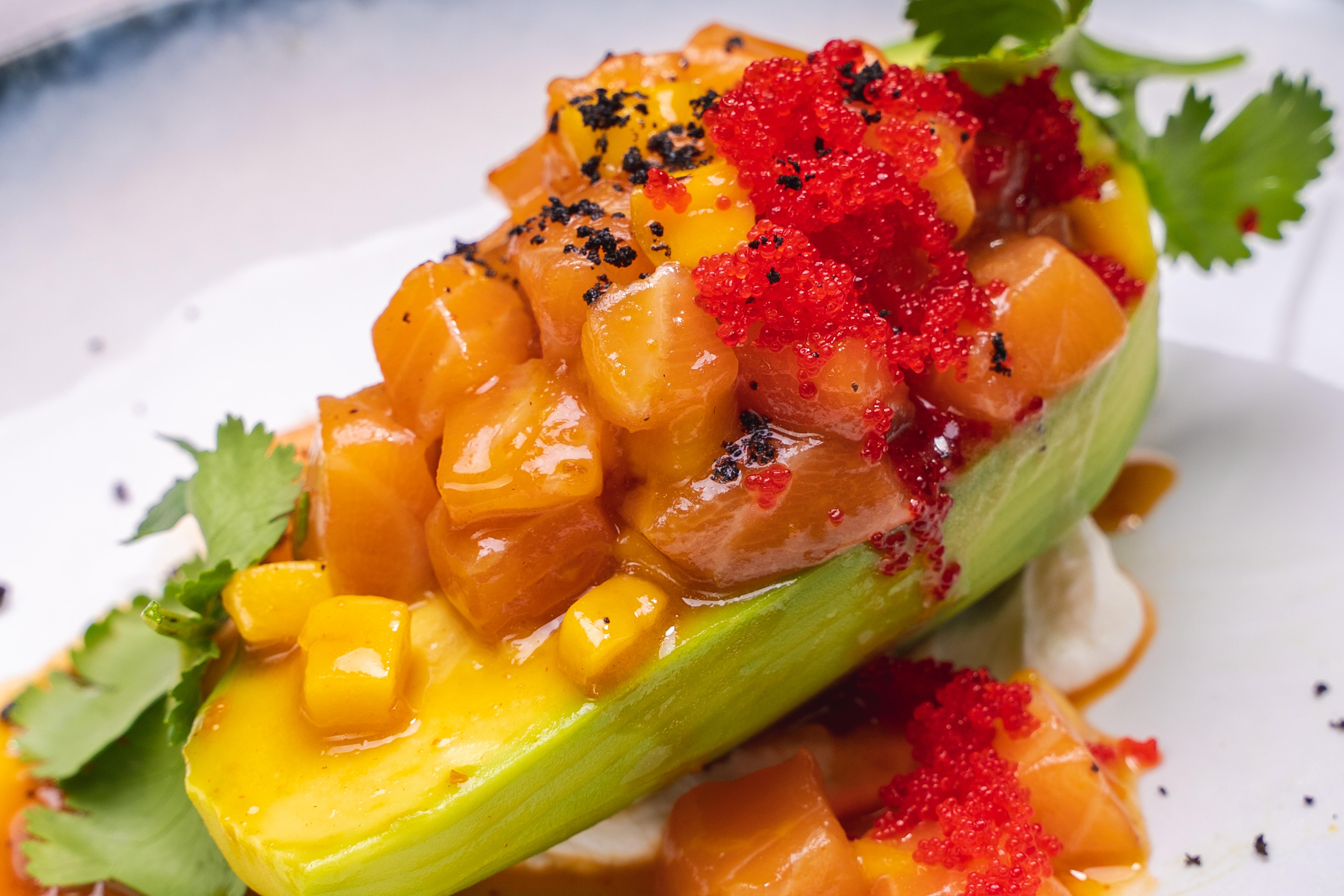 Тар-тар из лосося на авокадо в соусе том ям